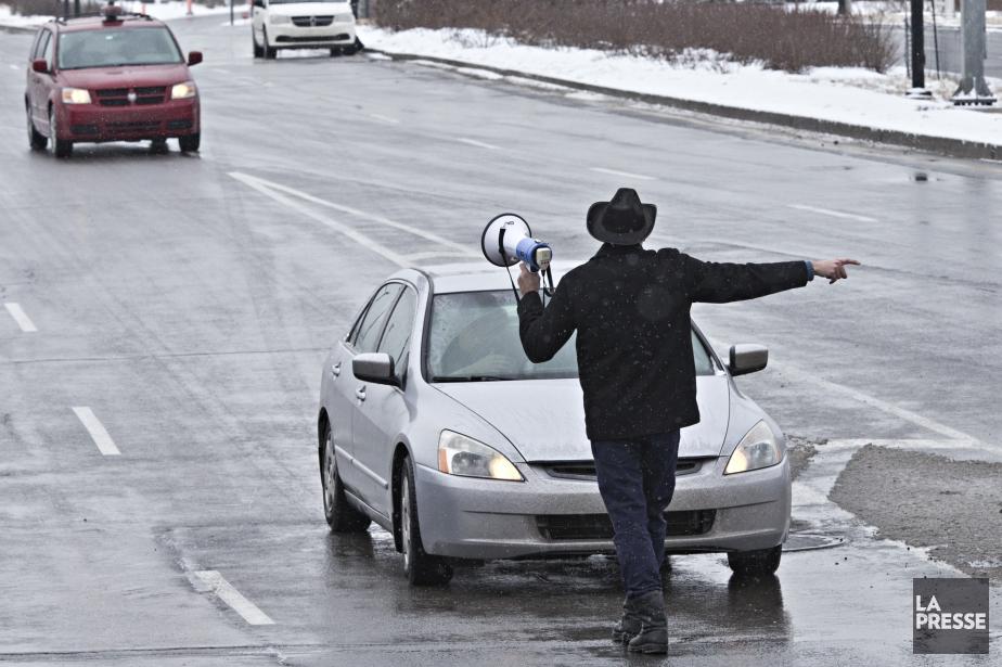 Hassan Kattoua tente de bloquer une route d'accès... (PHOTO PATRICK SANFAÇON, ARCHIVES LA PRESSE)