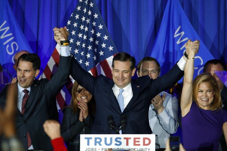 Ted Cruz célèbre sa victoire aux côtés du... (PHOTO PAUL SANCYA, AP)