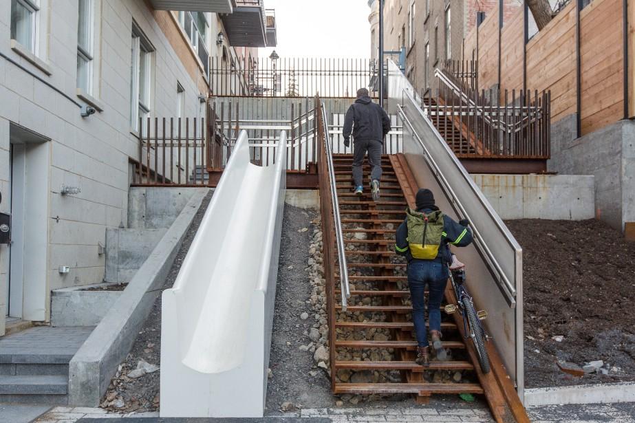 Un escalier glissade dans ville marie louis samuel for Toboggan escalier