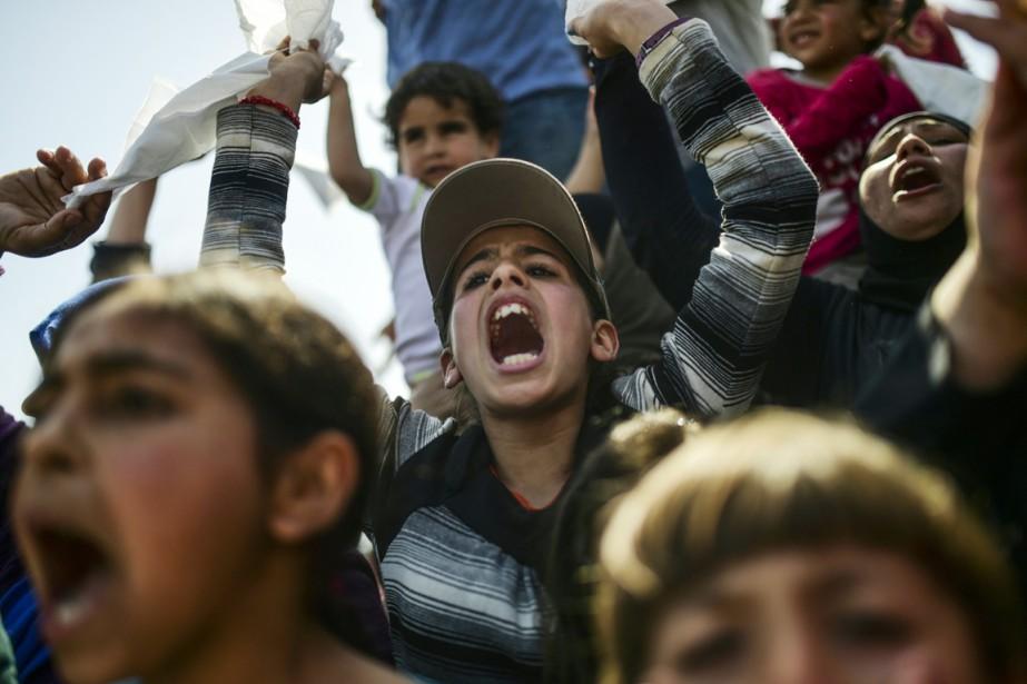 Des migrants et réfugiés manifestent pour réclamer l'ouverture... (PHOTO BULENT KILIC, AFP)