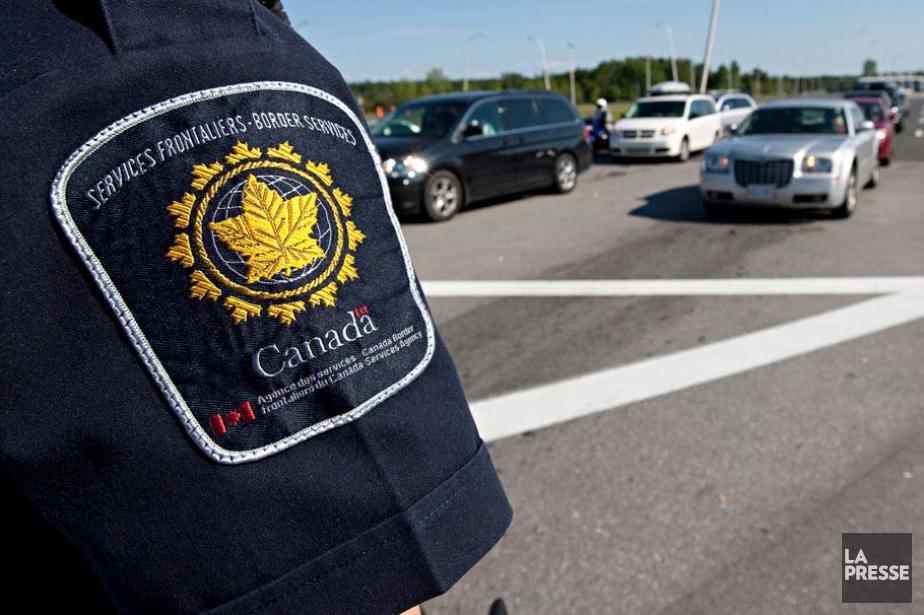 Un employé de l'Agence des services frontaliers du... (Photo archives, La Presse)
