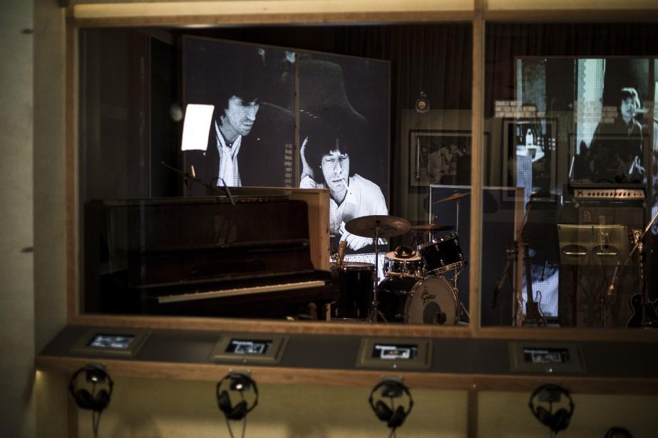 Des photos noir et blanc des Stones sont projetées dans une reproduction du studio du groupe. (AP, Joel Ryan)