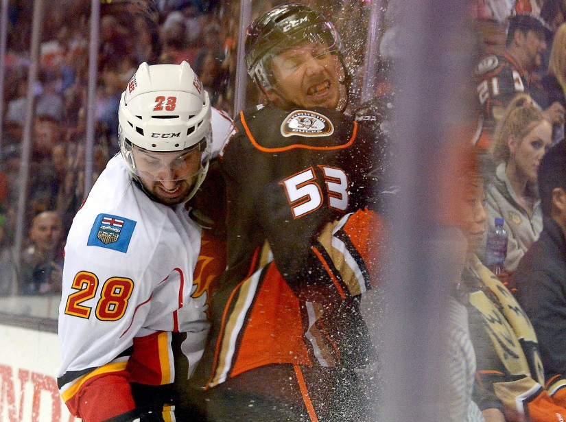 Émile Poirier, des Flames de Calgary, complètesa mise... (Photo Jayne Kamin-Oncea, USA TODAY Sports)