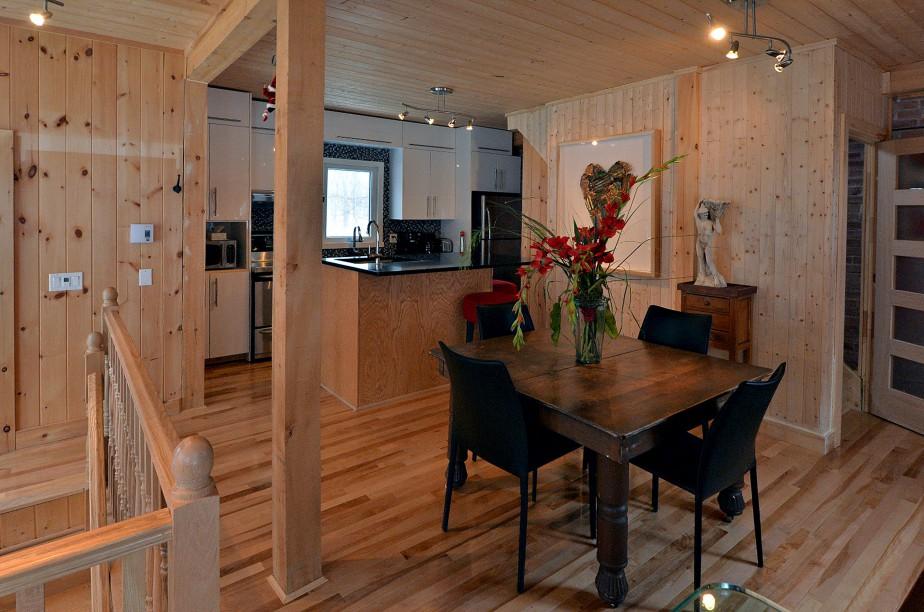 Poutres de pruche, lambris de pin sur les murs et les plafonds, plancher de merisier: le style rustique domine dans cette cuisine bâtie au coeur de l'ancien chalet. (Le Soleil, Patrice Laroche)
