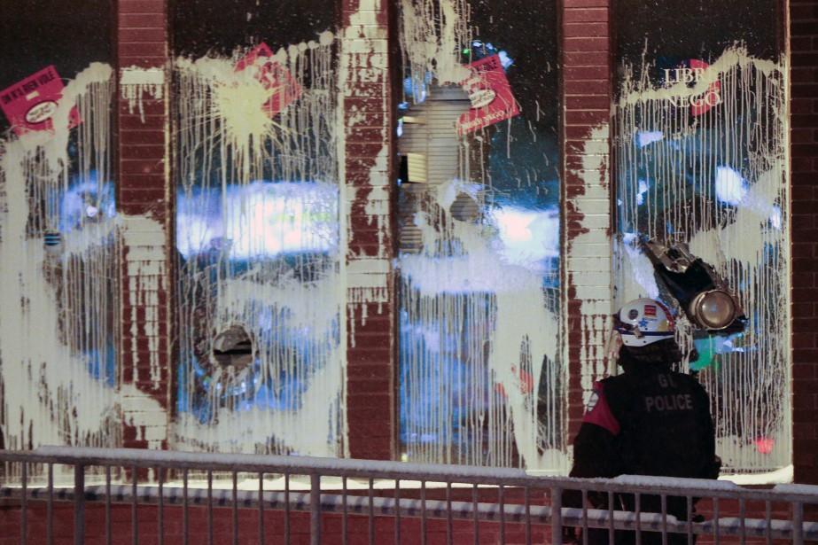 Une manifestation destinée à dénoncer la brutalité policière a tourné au vinaigre dans l'arrondissement de Montréal-Nord mercredi soir. (PHOTO OLIVIER JEAN, LA PRESSE)