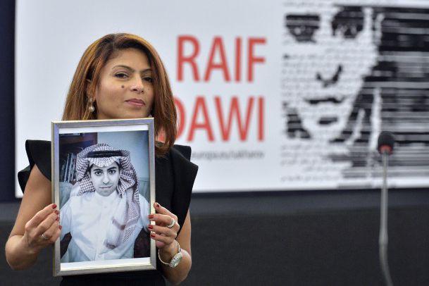 Ensaf Haidar tient un portrait de son époux... (Photo archives Agence France-Presse)