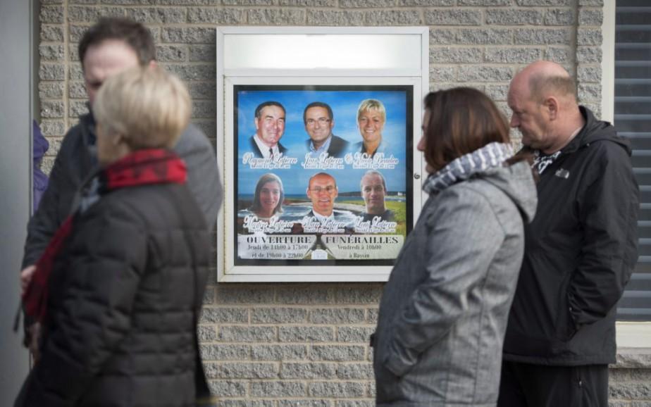 Des dizaines de personnes se sont rendues au salon funéraire hier pour offrir leurs hommages à la famille. (Paul Chiasson, PC)