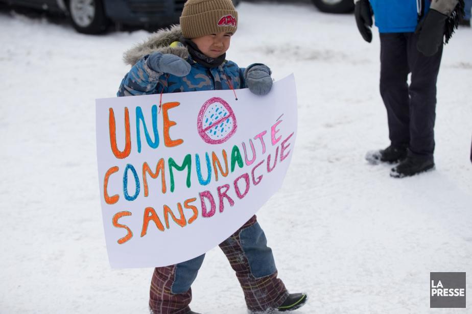 Un jeune marcheur tenait une pancarte exigeant une... (PHOTO OLIVIER JEAN, LA PRESSE)