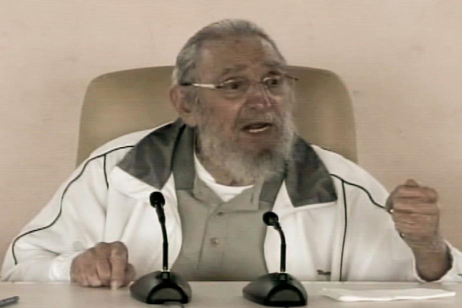 L'ancien président cubain Fidel Castro parle aux enfants... (PHOTO TÉLÉVISION CUBAIN, VIA AFP)