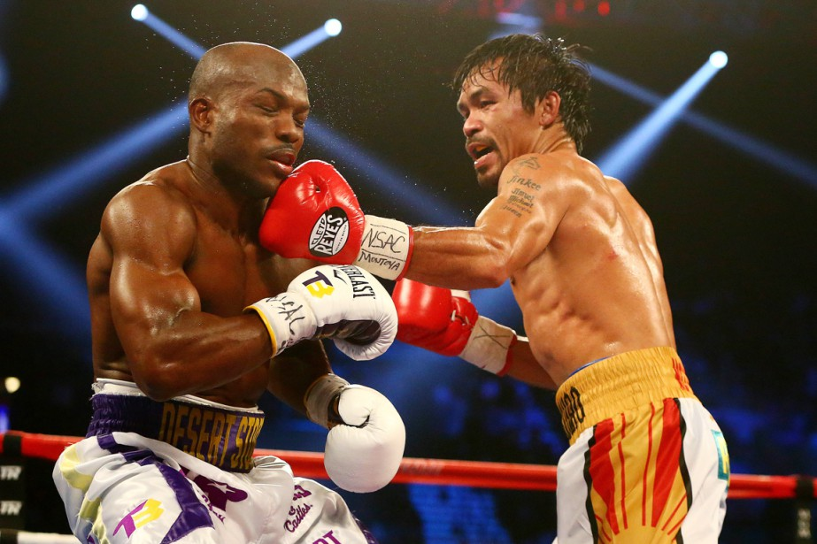 Manny Pacquiao assène une gauche à Timothy Bradley.... (PHOTO MARK J. REBILAS, USA TODAY)