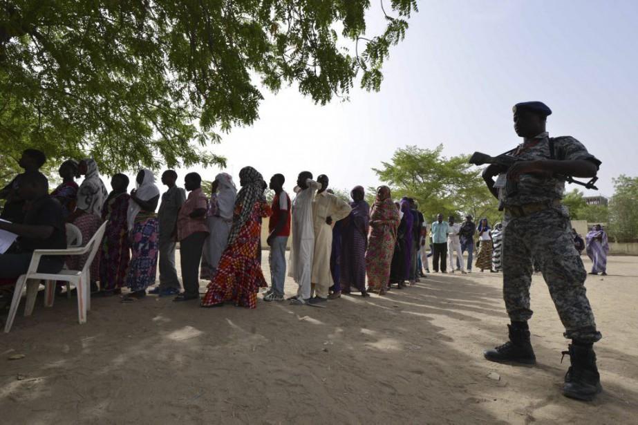 Des dizaines de personnes attendent en file pour... (PHOTO ISSOUF SANOGO, AGENCE FRANCE-PRESSE)