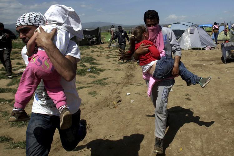 Le gouvernement grec peine à convaincre les migrants... (PHOTO AP)