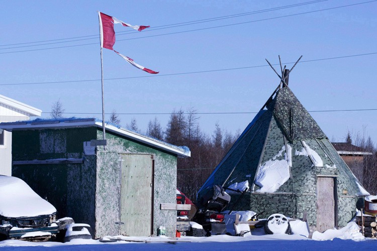 Un drapeau canadien en lambeaux flotte au-dessus d'un... (ARCHIVES PC)