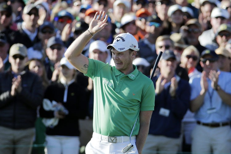 Danny Willett salue la foule sur le 18e... (PHOTO AP)