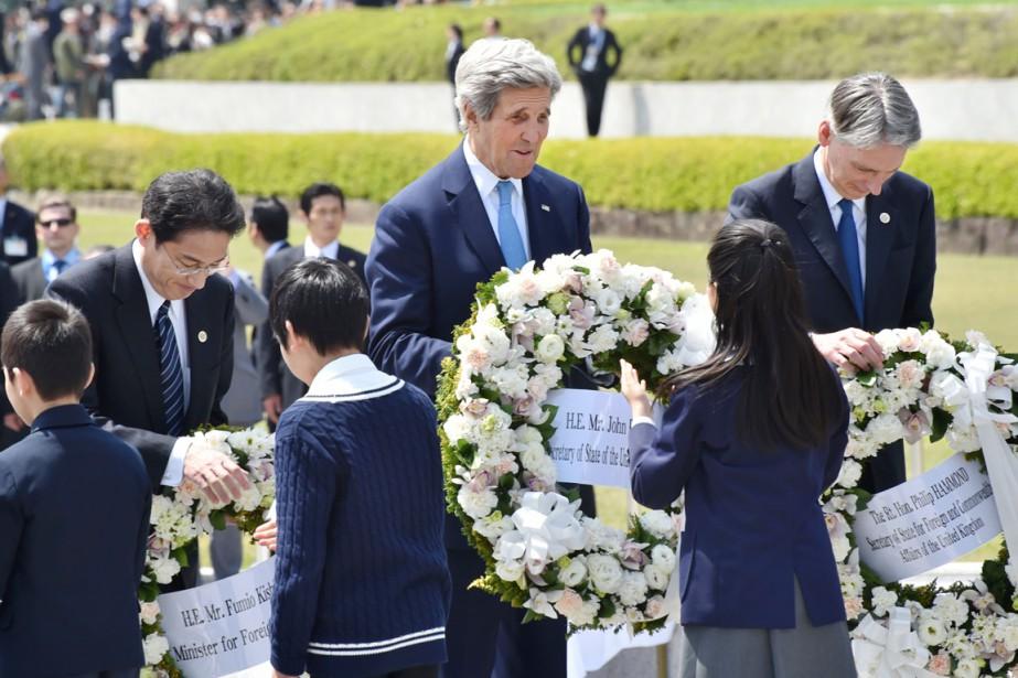 Le secrétaire d'État américain (centre) John Kerry -... (PHOTO KAZUHIRO NOGI, AFP)