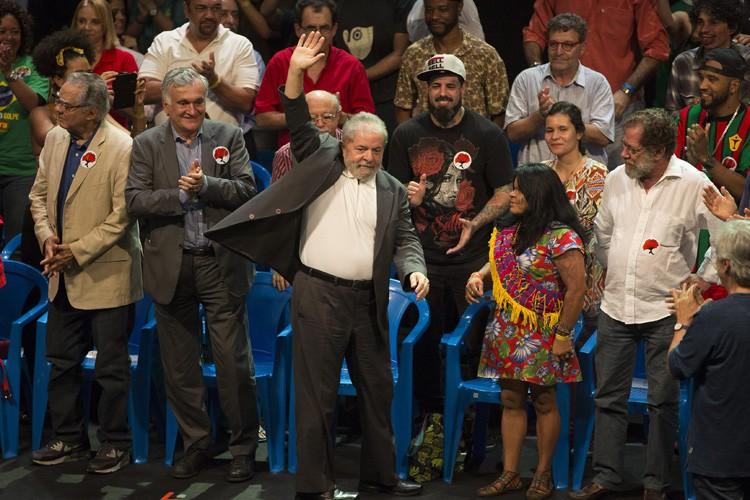 L'ex-président Lula dirige depuis un hôtel de Brasilia... (PHOTO AP)