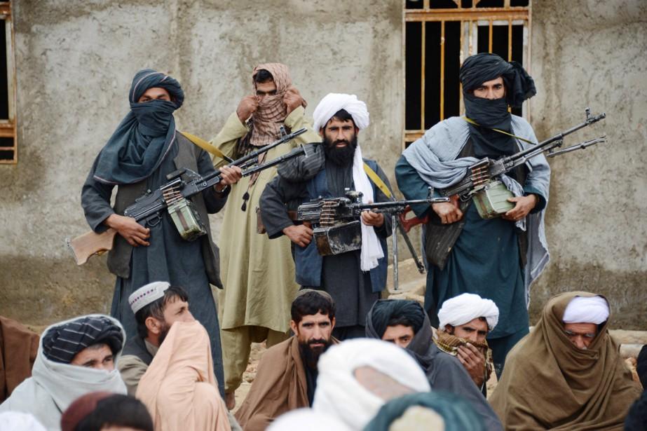 Des combattants talibans sont réunis pour entendre Mohammed... (PHOTO ARCHIVES AP)