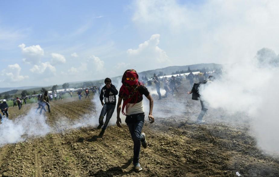 Des centaines de migrants désespérés se sont rués... (PHOTOBULENT KILIC, AGENCE FRANCE-PRESSE)