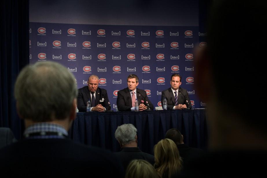 Michel Therrien, Marc Bergevin et le propriétaire Geoff... (PHOTO OLIVIER PONTBRIAND, LA PRESSE)
