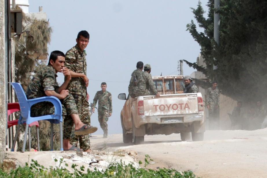 Des soldats du régime sont déployés à Khan... (PHOTO GEORGE OURFALIAN, REUTERS)