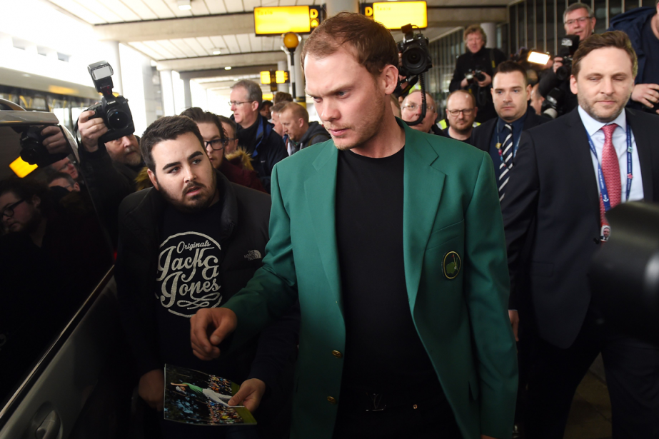 Vêtu du veston vert, Danny Willett est rentré... (Photo Paul Ellis, AFP)