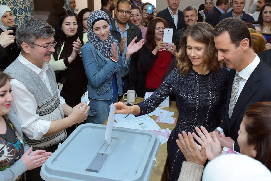 Accompagné de son épouse, le président Assad a... (PHOTO AFP/SANA)