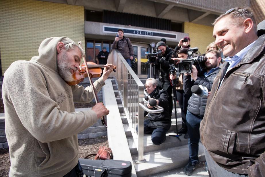 Mark Landry(à gauche) s'est fait voler son violon... (PHOTO FRANÇOIS ROY, LA PRESSE)