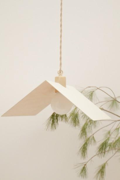 D'abord, Anaïe sélectionne les matériaux et esquisse la forme des lampes. Ensuite, le père et la fille s'entendent sur le produit final. «On peut repasser 10 fois sur un même dessin de lampe», admet Jacques Pharand. Le tandem a conçu des modèles de luminaires pour quelques restaurants à Montréal, comme celui-ci, au profil triangulaire, que l'on peut voir au restaurant Candide. (PHOTO FANNIE LAURENCE, FOURNIE PAR TRINIDAD STUDIO)