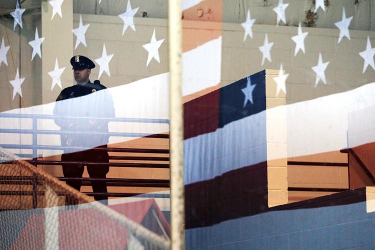 Un cinquième policier a été assigné à d'autres fonctions dans... (PHOTO REUTERS)