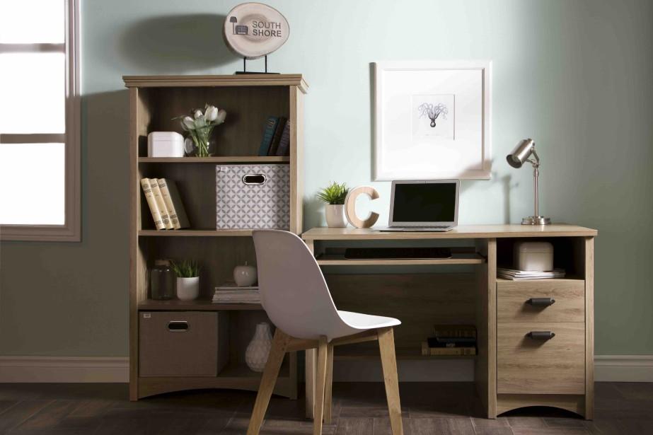 La bibliothèque à quatre tablettes et le bureau à deux tiroirs de la collection Gascony offrent beaucoup de rangement. Ils sont proposés dans les finis chêne rustique, cerisier, ébène et blanc solide. (Fournie par Meubles South Shore)