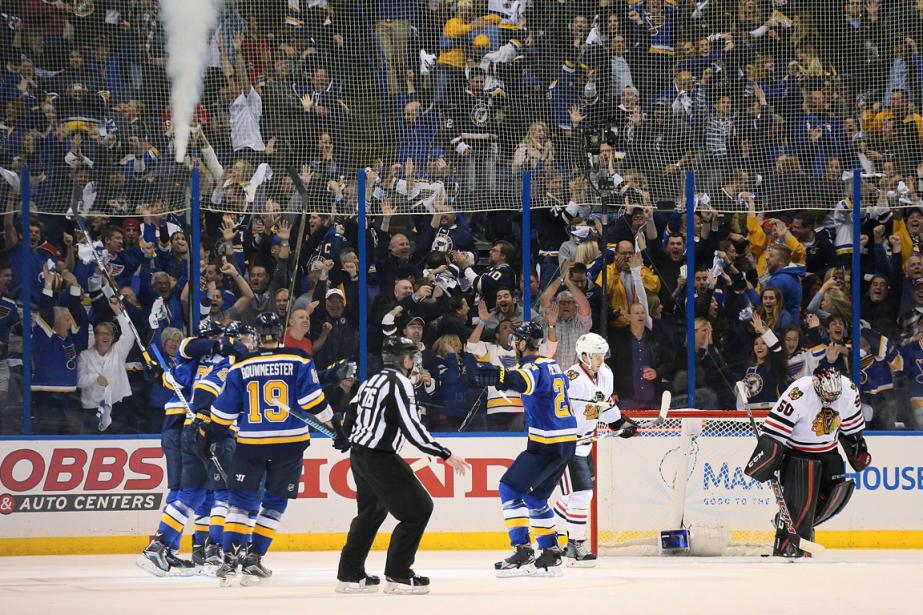 Les joueurs des Blues célèbrent près du filet... (Photo Chris Lee, AP)