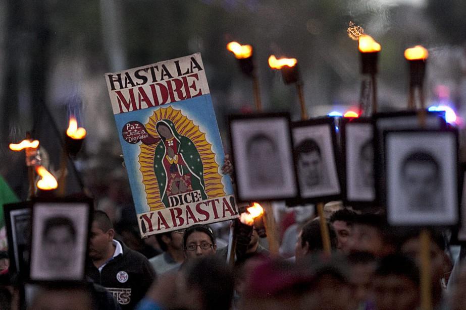 Des proches des étudiants disparus marchent en leur... (PHOTO ARCHIVES ASSOCIATED PRESS, MARCO UGARTE)