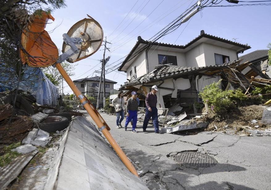 Plusieurs maisons et routes n'ont pas résisté aux tremblements de terre. (Yu Nakajima, Kyodo News via AP)