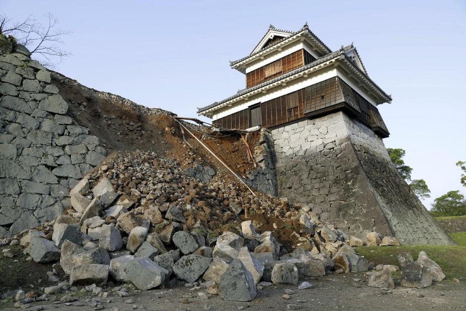 Les tremblements de terre n'ont pas épargné les bâtiments patrimoniaux, comme le château deKumamoto. (Yusuke Ogata, Kyodo News via AP)