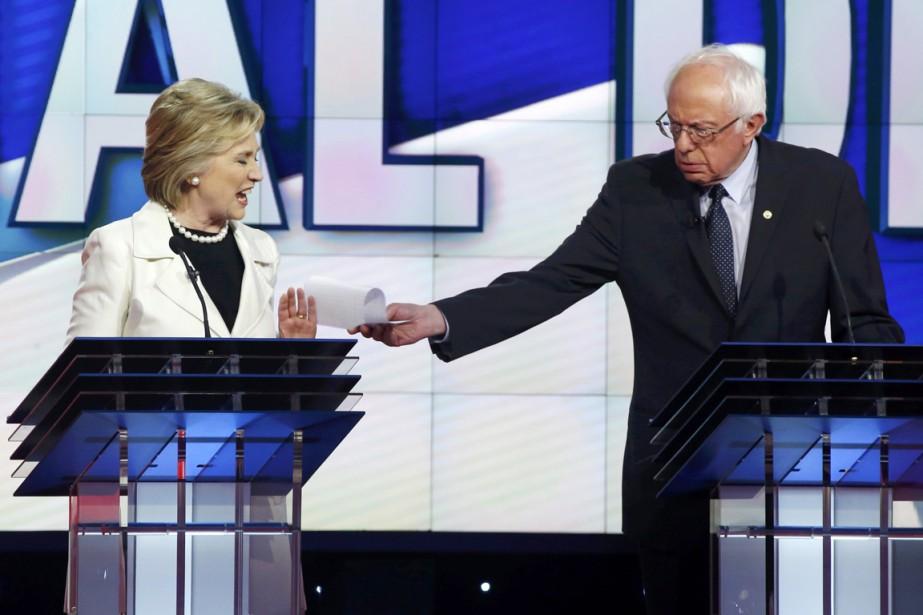 Hillary Clinton réagit alors que son adversaire pour... (PHOTO LUCAS JACKSON, REUTERS)