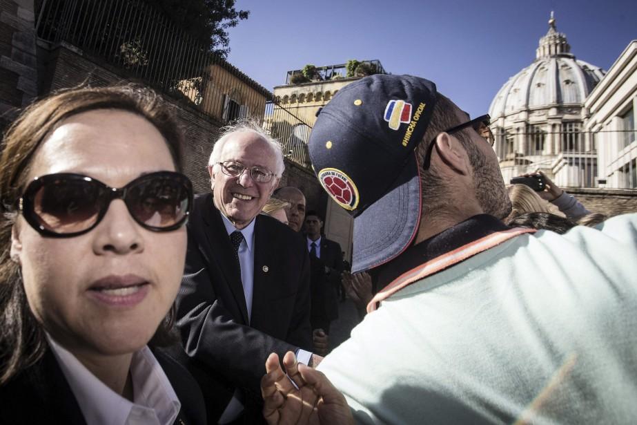 Bernie Sanders a improvisé une mini-conférence de presse... (PHOTO ANGELO CARCONI, ANSA/AP)