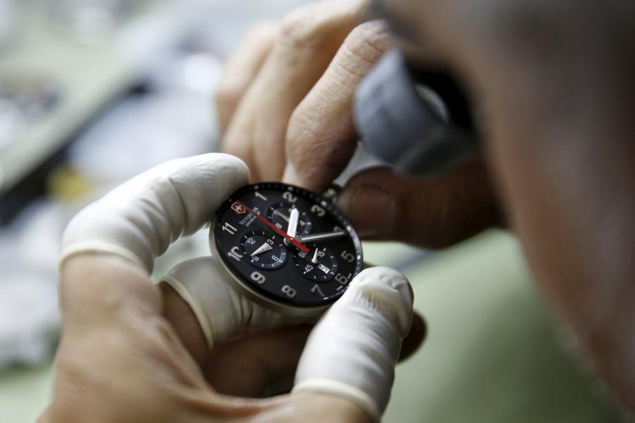 Un horloger remet une horloge à l'heure, à... (Photo Carlos Garcia Rawlins, Reuters)