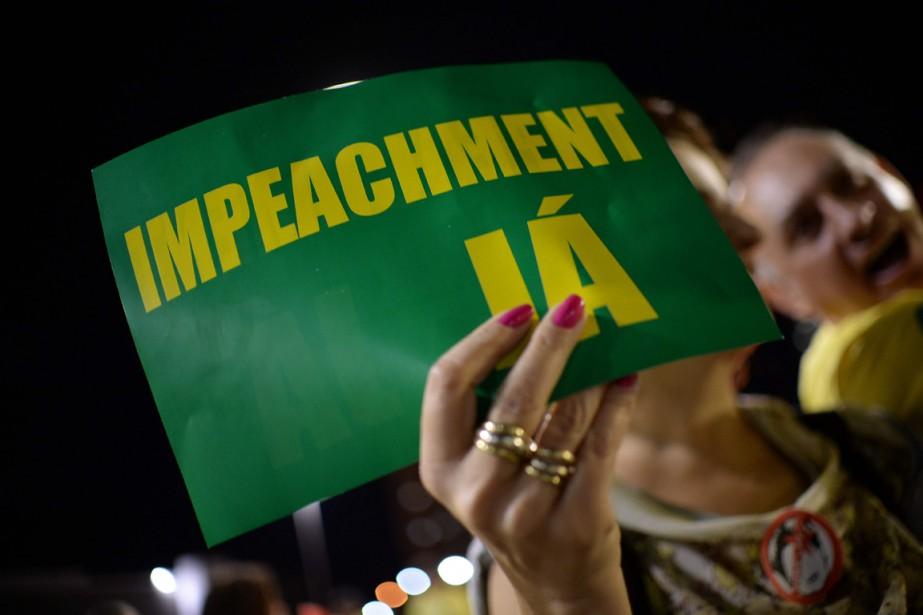 Des manifestants en faveur de la destitution de... (Photo ANDRESSA ANHOLETE, AFP)