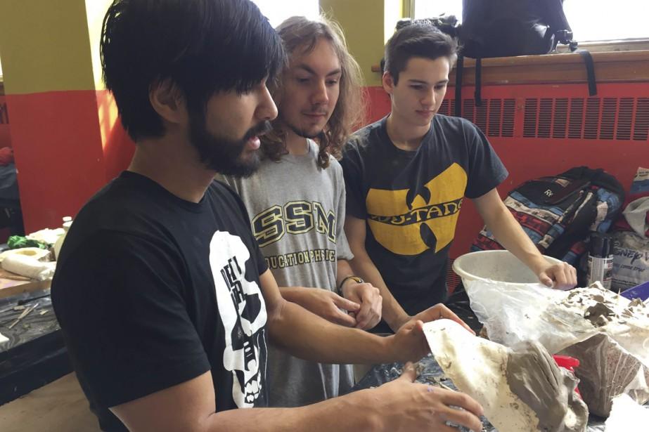 Eric Zapata, à gauche, en compagnie de quelques élèves. (Pierre Duplessis)