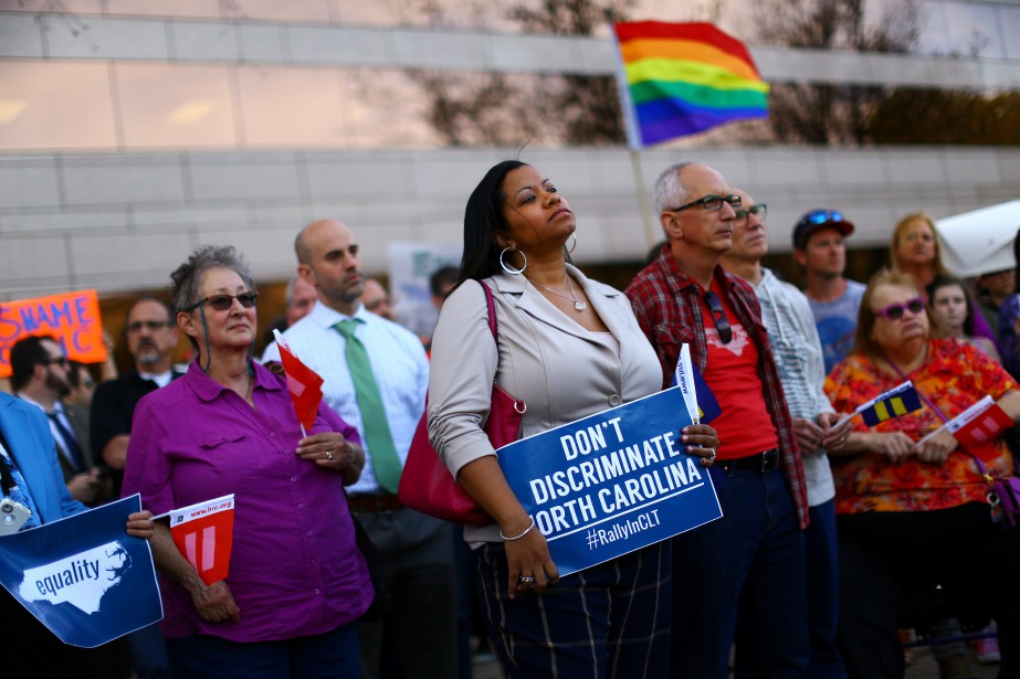Des manifestants se tiennent devant un édifice gouvernemental... (PHOTO TRAVIS DOVE, NEW YORK TIMES)