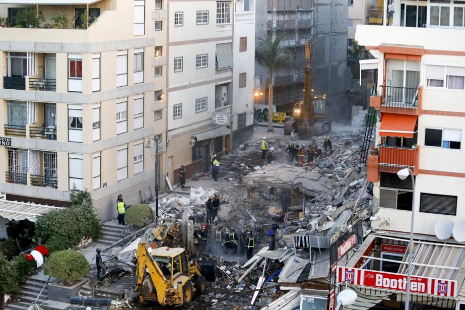 Les pompiers cherchent des survivants dans les décombres... (Photo Santiago Ferrero, Reuters)