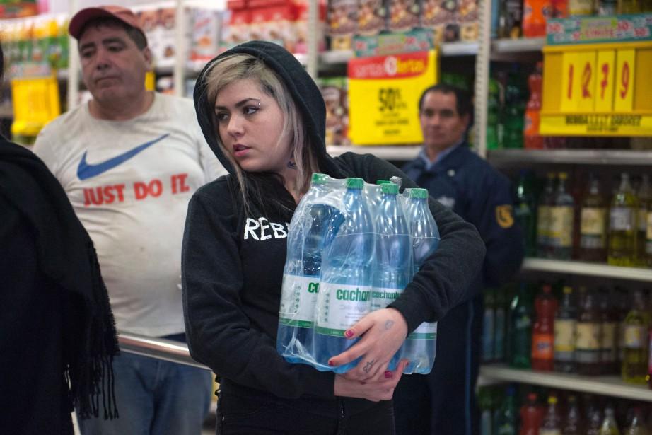 Les supermarchés de Santiago ont été pris d'assaut... (PHOTO VLADIMIR RODAS, AGENCE FRANCE-PRESSE)