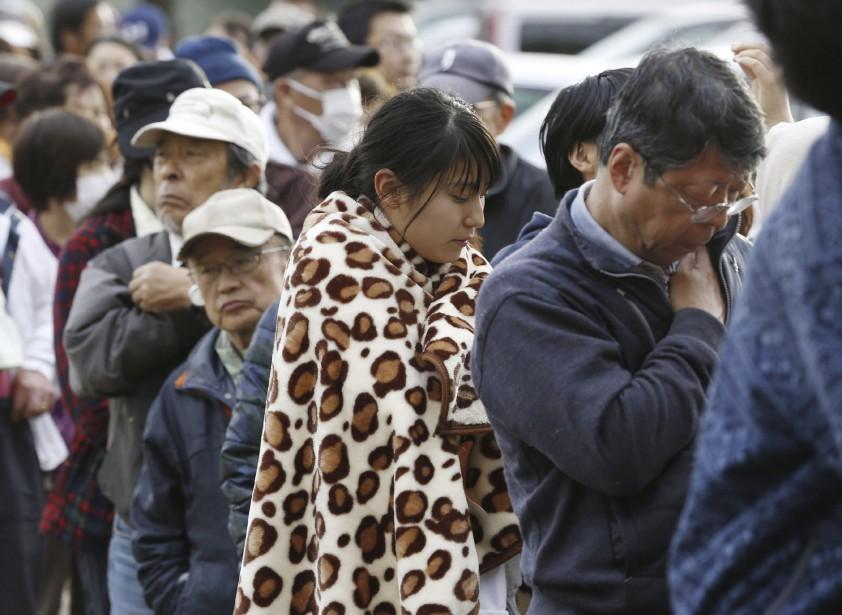 Des sinistrés font la file pour des produits de première nécessité à Mashiki. (AP, Shohei Miyano)