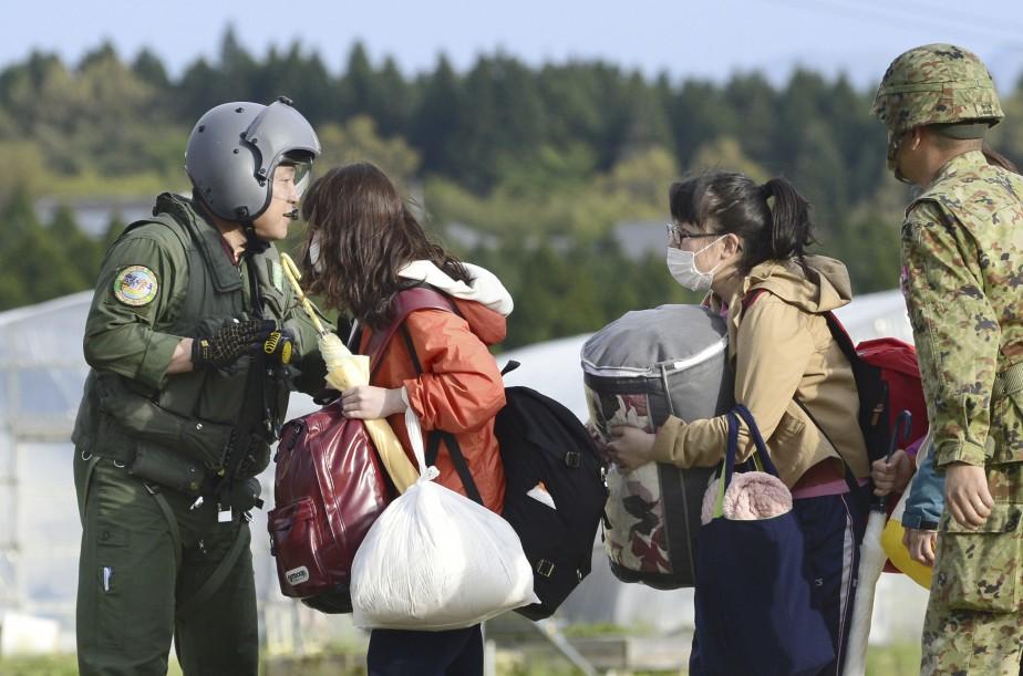 Des étudiants sont évacués par les airs au village de Minamiaso. (AP, Hiroko Harima)