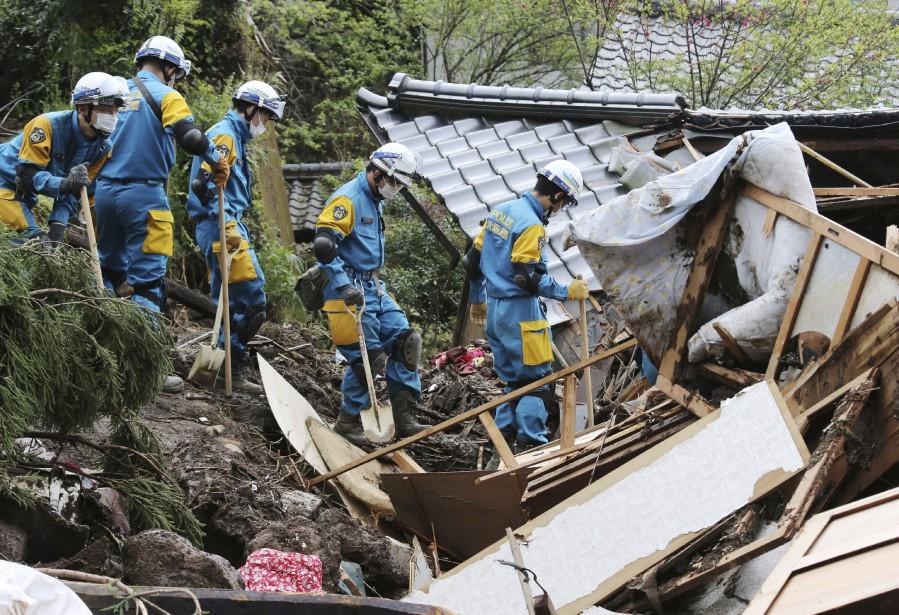 Secouristes à la recherche de survivants à Minamiaso (AP, Naoya Otsuka)
