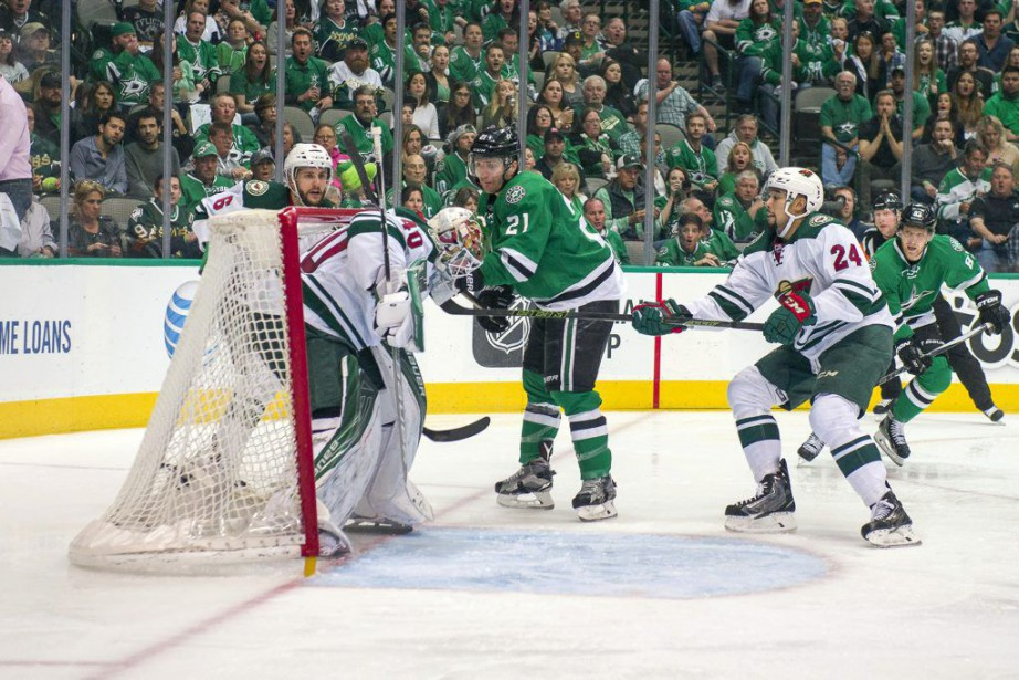 Antoine Roussel a marqué de l'arrière du filet sans... (Photo USA Today Sports)