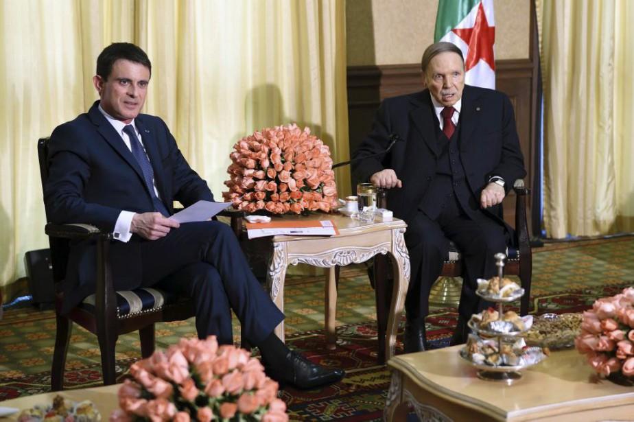 Manuel Valls et Abdelaziz Bouteflika... (PHOTO ERIC FEFERBERG, ARCHIVES AGENCE FRANCE-PRESSE)