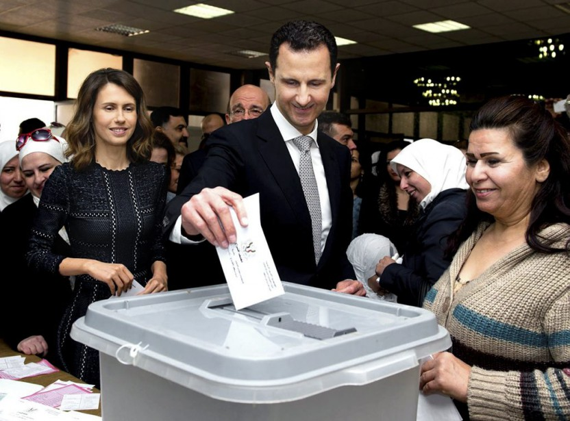 Bachar al-Assad dépose son bulletin de vote le... (PHOTO ASSOCIATED PRESS)