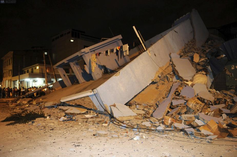 «C'était comme la fin du monde», a raconté à l'AFP Miriam Santana, 40 ans. «Les maisons se sont écroulées, les réverbères sont tombés, les gens sont complètement désespérés, il y a des gens enterrés sous les décombres», a-t-elle dit. (AFP, Marco Pin Mendez)