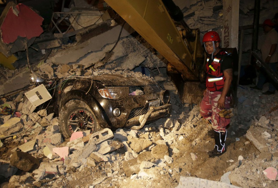 «C'était comme la fin du monde», a raconté à l'AFP Miriam Santana, 40 ans. «Les maisons se sont écroulées, les réverbères sont tombés, les gens sont complètement désespérés, il y a des gens enterrés sous les décombres», a-t-elle dit. (AP, Dolores Ochoa)